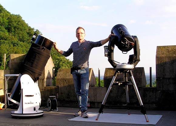 Sky Voyage Astrotainment auf Schloss Drachenburg, Thomas Hass zwischen den Teleskopen, (c) C. Preuß